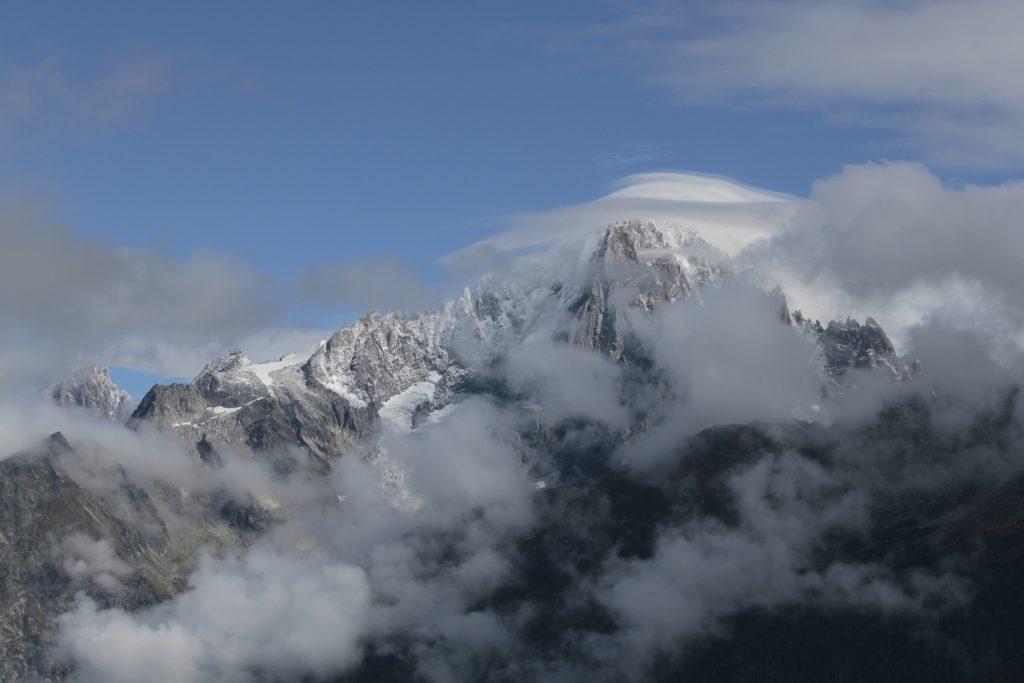 photo de paysage: massif du Mont-Blanc entouré de nuages